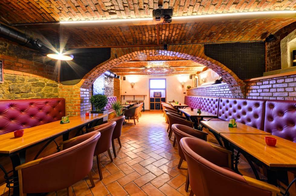 Hudební klub JohnBar - vnitřní prostory pohled zezadu