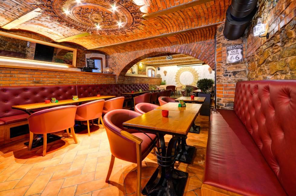 Johnbar club v centru Šumperka - před otevírací dobou uvnitř